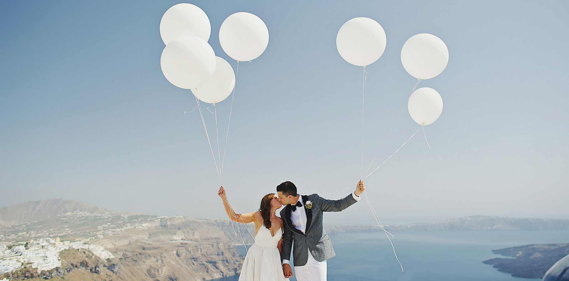 balloon-elopement-photo-in-santorini-1