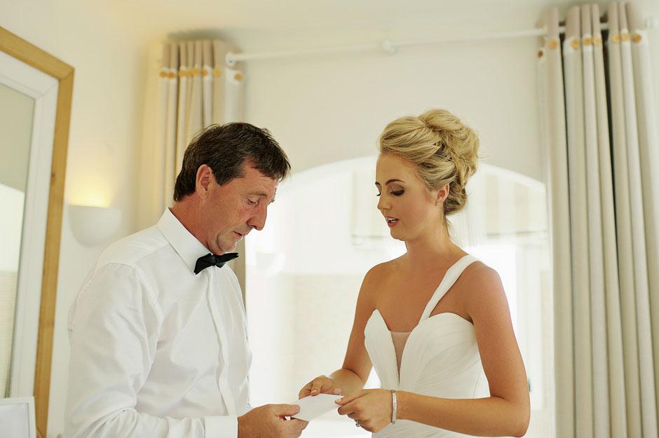 bride gives her dad letter in mykonos wedding