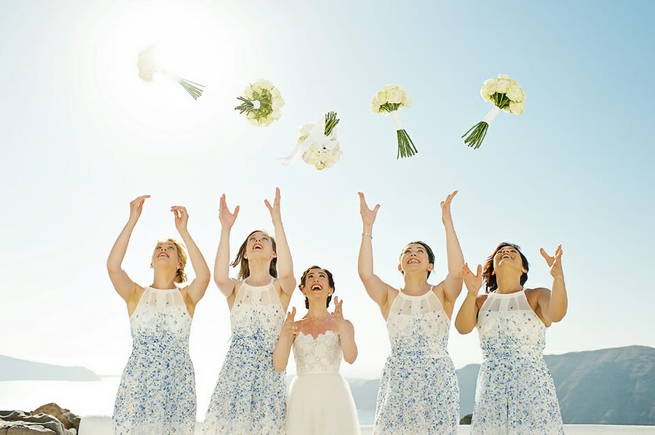 bride with bridemaids throws the bouquet