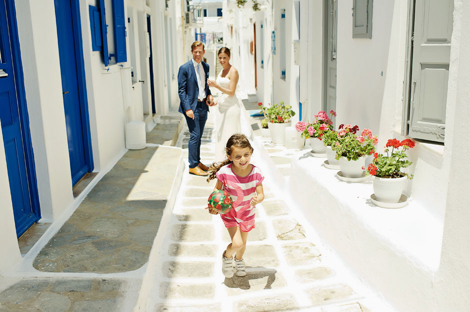 elopement-couple laughing in mykonos