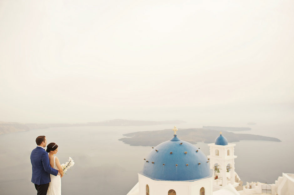 elopement-couple-on-blue-dome-in-santorini