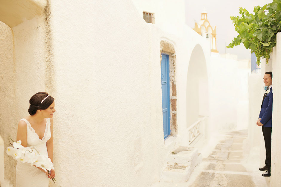 elopement-couple-waiting-for-the-rain-to-stop-in-santorini