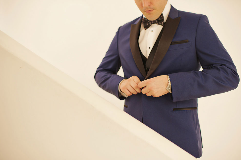 groom-wear-his-blue-tuxedo-before-the-elopement-in-santa-irini-santorini